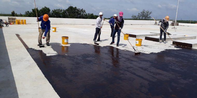 Công nhân làm dịch vụ chống thấm cho công trình